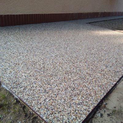 RD Černice - kamenný koberec 65m2