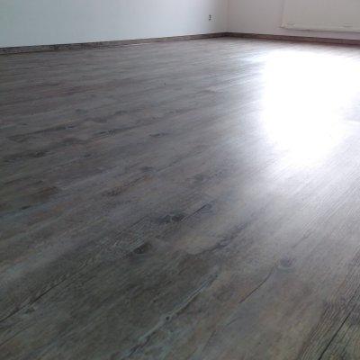 Byt Plzeň_vinyl lepený+kamenný koberec 85m2